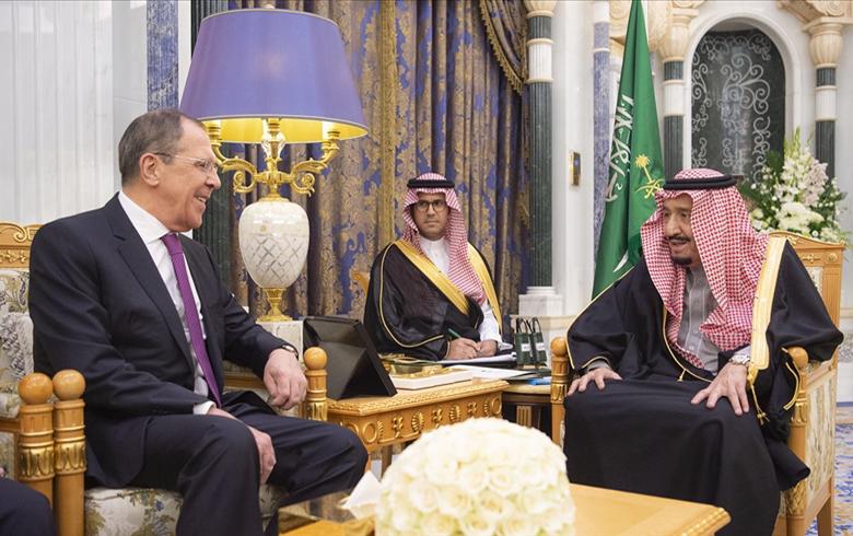 العاهل السعودي يبحث مع لافروف مستجدات الأحداث الإقليمية