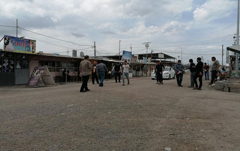 لاجئون يقومون بحملة تعقيم ضمن مخيم كوركوسك