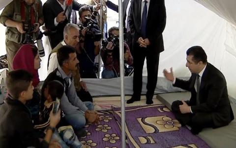 مسرور بارزاني يتفقد مخيم بردرش للاجئين الكورد السوريين