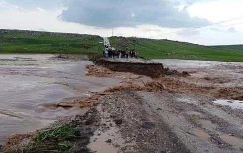 فيضان قادم من كوردستان تركيا يجرف جسر قریة كيشك ونداء يحذر من انهيار السد